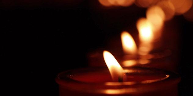 Kerzen brennen in der Dunkelheit,© iStockPhoto / Eduard Andras