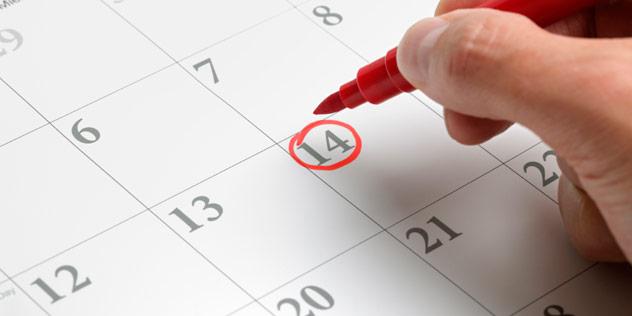 Eine Hand kreist einen Termin in einem Kalender mit einem roten Filzstift ein.,© iStockPhoto / BrianAJackson