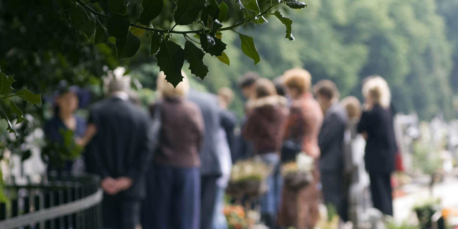 Menschen bei einer Beerdigung