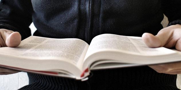 Ein Mensch hält eine aufgeschlagene Bibel in den Händen,© Katharina Bregulla  / pixelio.de