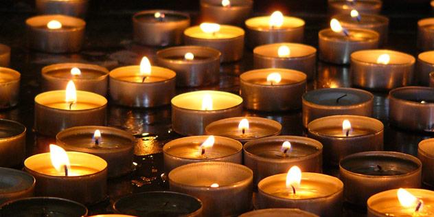 Ein Kerzenmeer,© mephys  / pixelio.de