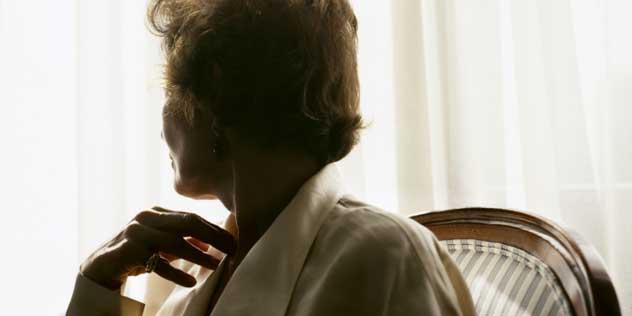 Frau am Fenster,© iStockPhoto / FarukUlay