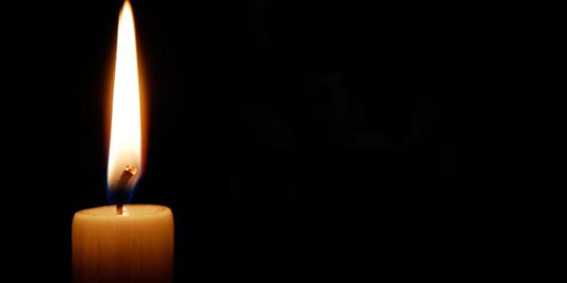 Eine Kerze in der Dunkelheit,© iStockPhoto / jorgeantonio