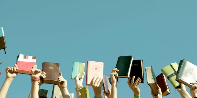 Bücher die in den Himmel gehoben werden,© iStockphoto/Sean_Warren