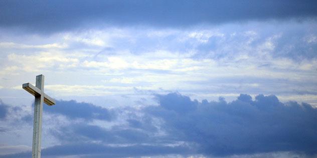 Kreuz vor Himmel,© iStockphoto / © FtLaudGirl